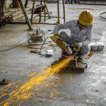 Trabajador de metal en la construcción que requiere formación obligatoria