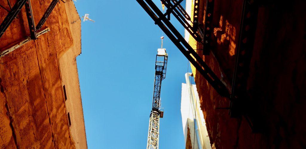 Transporte de cargas en el montaje de grúa torre en el centro de Madrid