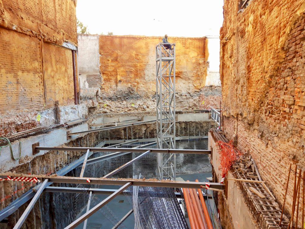 Trabajos en altura durante el montaje de una grúa torre en Madrid