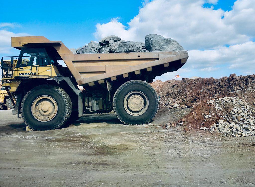 Maquinaria pesada y sus riesgos en la minería a cielo abierto